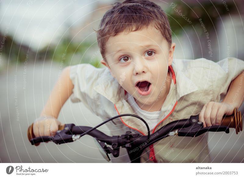 Glücklicher kleiner Junge mit Fahrrad in der Tageszeit Lifestyle Freude Erholung Freizeit & Hobby Abenteuer Sommer Sport Fahrradfahren Kind Mensch Mann