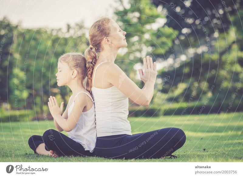 Die Mutter und Tochter, die Yoga tun, trainiert auf Gras im Park Mensch Kind Frau Natur Sommer schön Erholung Freude Mädchen Erwachsene Lifestyle Sport