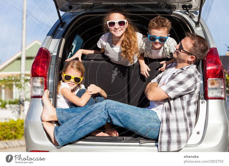Glückliche Familie immer bereit für Road Trip an einem sonnigen Tag. Konzept der freundlichen Familie. Lifestyle Freude Freizeit & Hobby