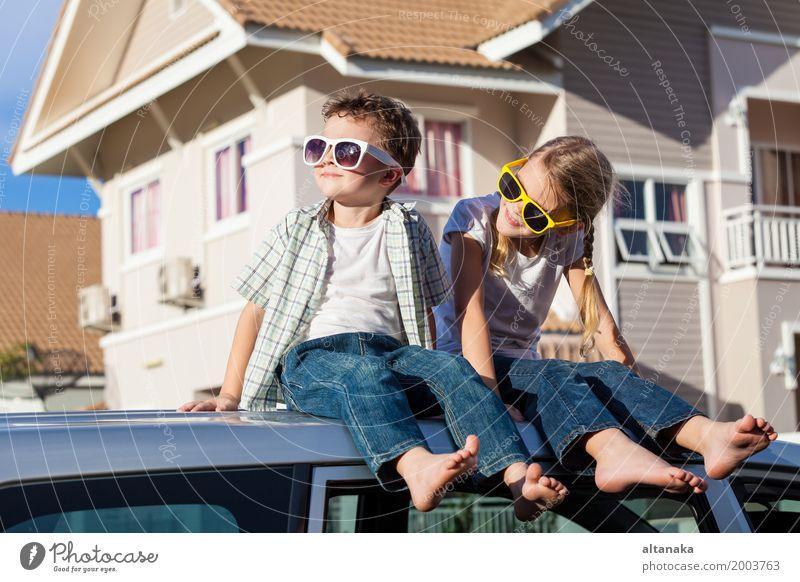 Glückliche Kinder machen sich bereit für einen Road Trip an einem sonnigen Tag. Konzept der freundlichen Familie. Lifestyle Freude Freizeit & Hobby Spielen