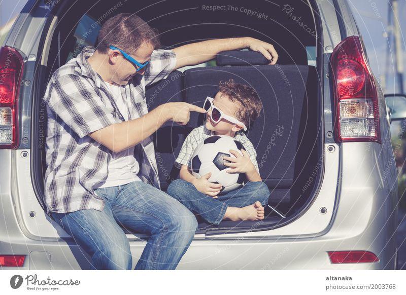 Glücklicher Vater und Sohn, die zur Autoreise an einem sonnigen Tag fertig wird. Lifestyle Freude Freizeit & Hobby Spielen Ferien & Urlaub & Reisen Ausflug