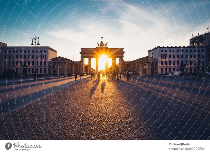 Brandenburger Tor im Gegenlicht bei Sonnenuntergang Sightseeing Städtereise Berlin Pariser Platz Stadt Hauptstadt Stadtzentrum Bauwerk Architektur