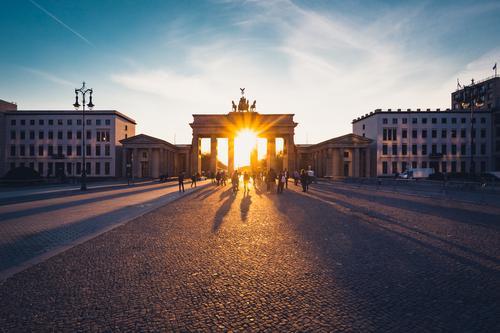 Brandenburger Tor im Gegenlicht bei Sonnenuntergang Ferien & Urlaub & Reisen Stadt Architektur Berlin Deutschland Tourismus Bauwerk Sehenswürdigkeit Kitsch