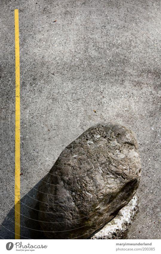 the other side. ruhig gelb grau Stein Linie Felsen liegen fest stark Grenze Barriere gerade bewegungslos schwer Perspektive Steinblock