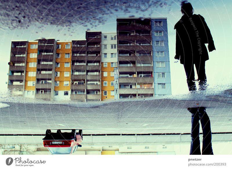 Irritation Mensch Jugendliche Stadt Haus Erwachsene Straße Architektur Gebäude Stil PKW Kunst Regen Verkehr Hochhaus 18-30 Jahre einzigartig