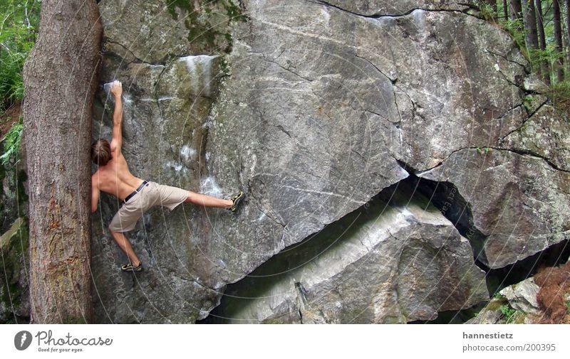 Tief im Wald maskulin Felsen Sport ästhetisch muskulös sportlich stark Kraft Freizeit & Hobby Bouldern Klettern Extremsport Zillertaler Alpen Granit Riss Block