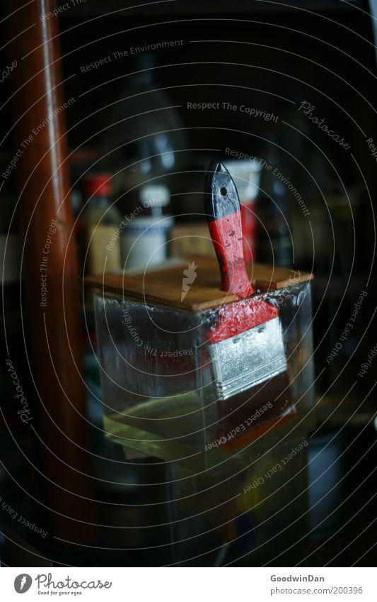 Handwerk Kunst Pinsel alt dreckig kalt trist Werkstatt rot einweichen Farbfoto Innenaufnahme Menschenleer Flüssigkeit Glas Flasche Pinselstiel