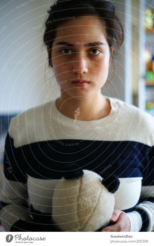 Geh nicht feminin Junge Frau Jugendliche Pullover brünett festhalten stehen warten Gefühle Stimmung Traurigkeit Sorge Liebeskummer Sehnsucht Einsamkeit Reue