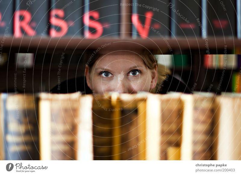 Leseratte Mensch Jugendliche Auge Erwachsene blond Buch lernen lesen Bildung Neugier Student Medien Wissenschaften 18-30 Jahre Junge Frau fleißig