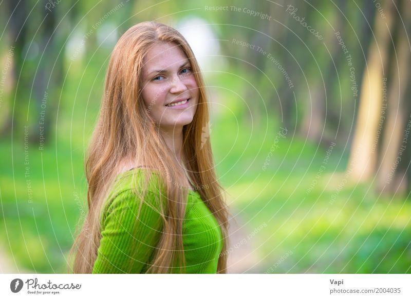 Recht glückliche Frau mit dem roten langen Haar Mensch Natur Jugendliche Sommer Junge Frau schön grün weiß Freude Wald 18-30 Jahre Gesicht Erwachsene Leben