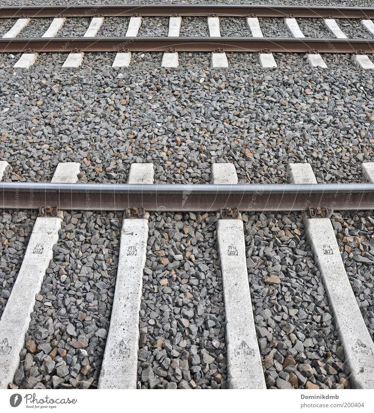 schienen Umwelt Verkehr Verkehrsmittel Verkehrswege Schienenverkehr Gleise Schienennetz Gedeckte Farben Außenaufnahme Tag Eisenbahnschwelle