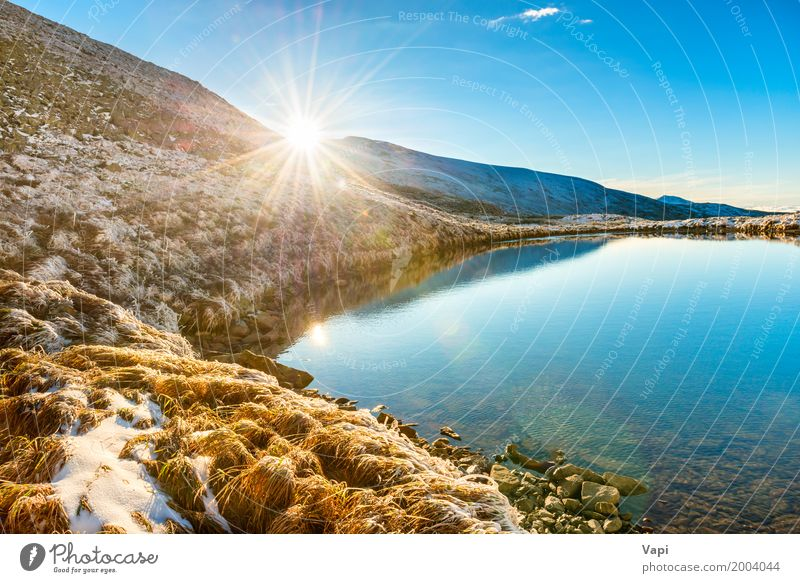 Schöner blauer See in den Bergen Ferien & Urlaub & Reisen Tourismus Freiheit Sommer Sommerurlaub Sonne Winter Schnee Berge u. Gebirge Umwelt Natur Landschaft