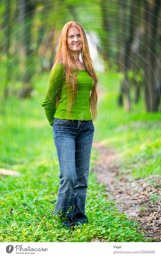 Recht glückliche Frau mit dem roten langen Haar Mensch Natur Jugendliche blau Sommer Junge Frau schön grün weiß Baum Freude Wald 18-30 Jahre Gesicht