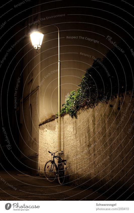 Es träumt - von der Tour de France alt ruhig Einsamkeit Lampe Mauer Stimmung Fahrrad stehen authentisch leuchten Laterne Geborgenheit Straßenbeleuchtung Gasse