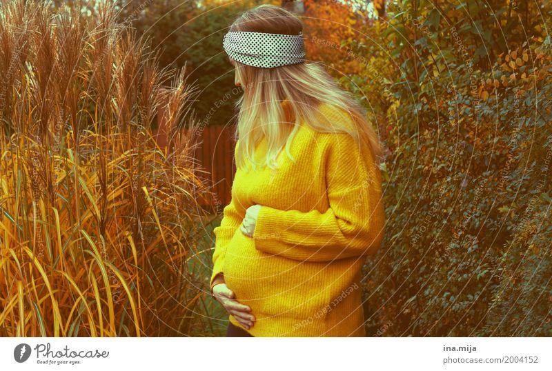 <3 Mensch feminin Frau Erwachsene Mutter Leben Bauch 1 2 Umwelt Natur Herbst Pullover Stirnband schwanger gelb Glück Zusammensein Wachstum Muttertag Mutterliebe