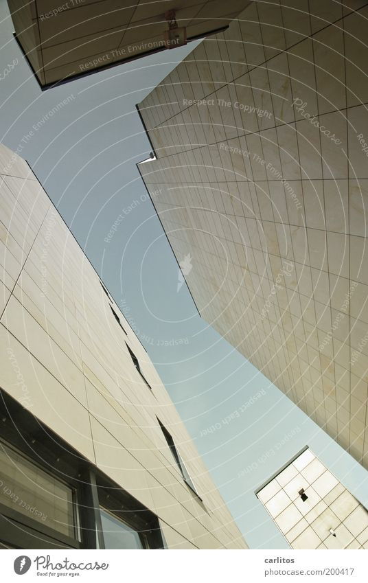 Bitte gib im ersten Schritt Deinem Foto einen Titel Himmel blau Stadt Fenster kalt Wand oben Architektur Mauer Gebäude Fassade Platz modern ästhetisch Perspektive bedrohlich