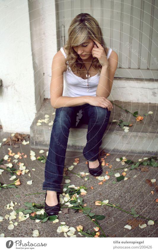 Seufz Frau Mensch Jugendliche schön Sommer Ferien & Urlaub & Reisen Blatt feminin Blüte Traurigkeit blond Erwachsene Tür Rose Treppe Jeanshose
