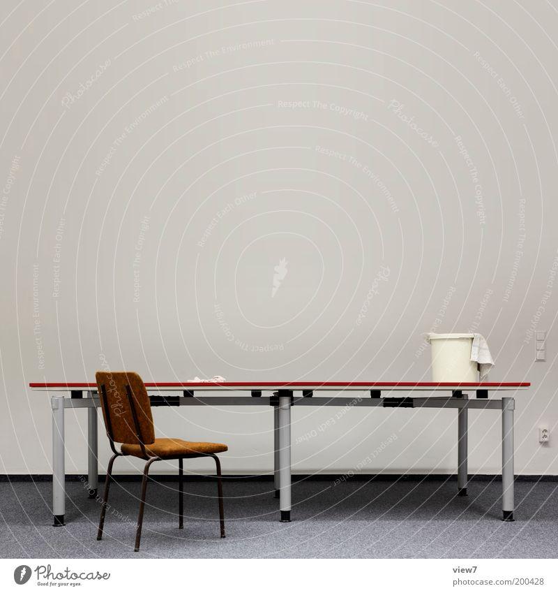 nichts. alt Einsamkeit kalt braun Raum dreckig Wohnung Armut Tisch Innenarchitektur Häusliches Leben Stuhl einfach Schreibtisch Arbeit & Erwerbstätigkeit Möbel