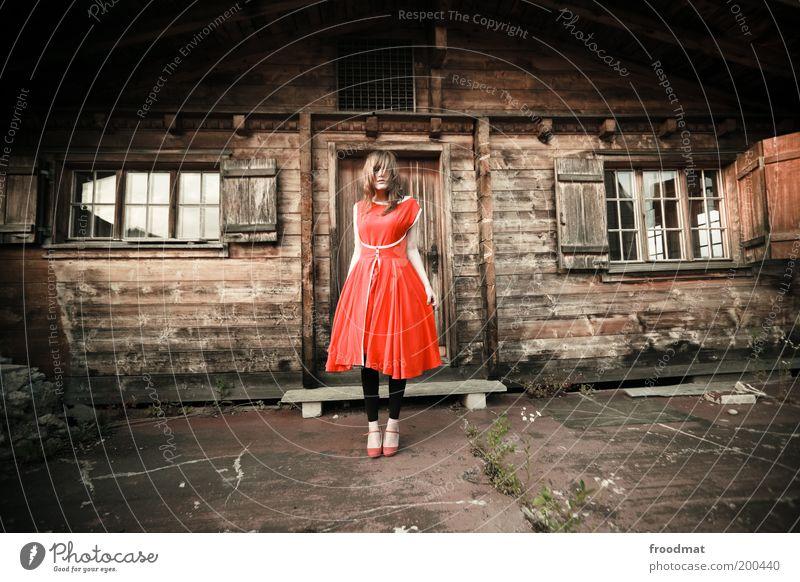 erdbeerkuchen Lifestyle Stil Mensch feminin Junge Frau Jugendliche Erwachsene Hütte Fassade Fenster Tür stehen blond Coolness einzigartig retro trashig verrückt