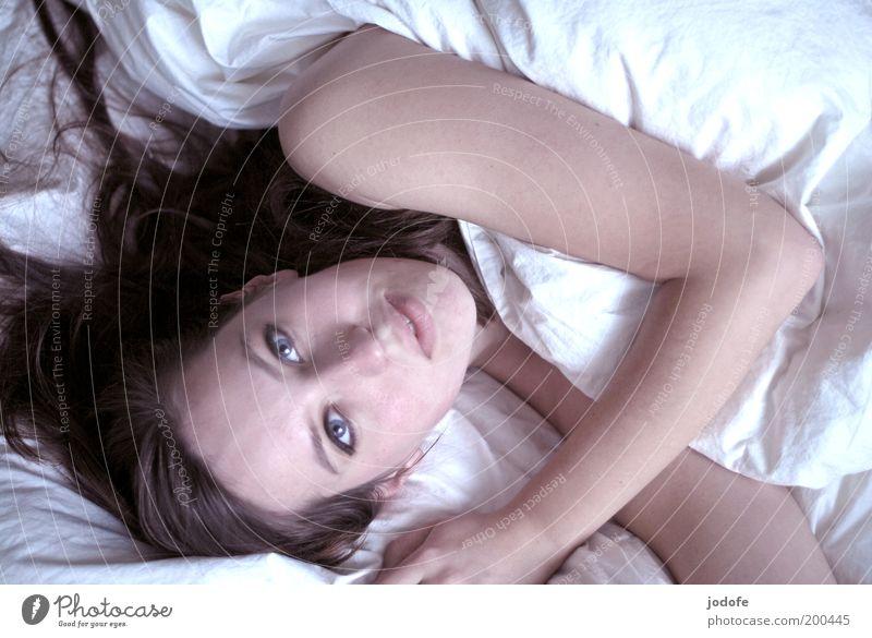 beautiful day feminin Junge Frau Jugendliche Erwachsene 1 Mensch 18-30 Jahre liegen Bett Bettdecke Daunen Arme faulenzen Blick Lächeln Nackte Haut kuschlig