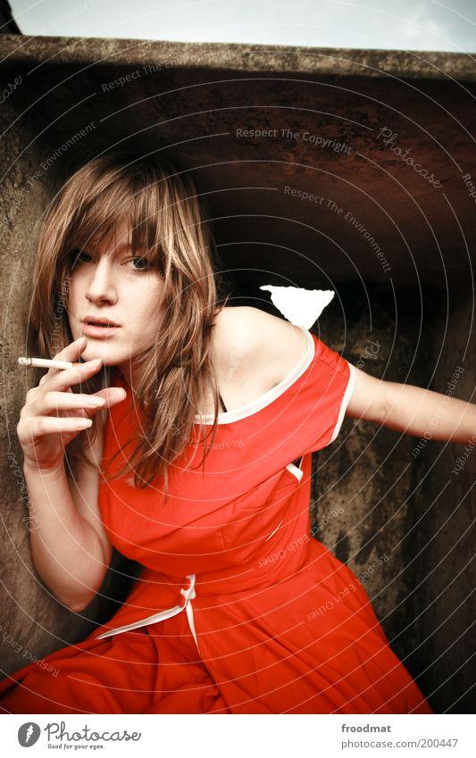 zerissenheit Frau Mensch Jugendliche schön Einsamkeit Erwachsene feminin Stil elegant Coolness Rauchen Kleid trashig Junge Frau Zigarette Langeweile