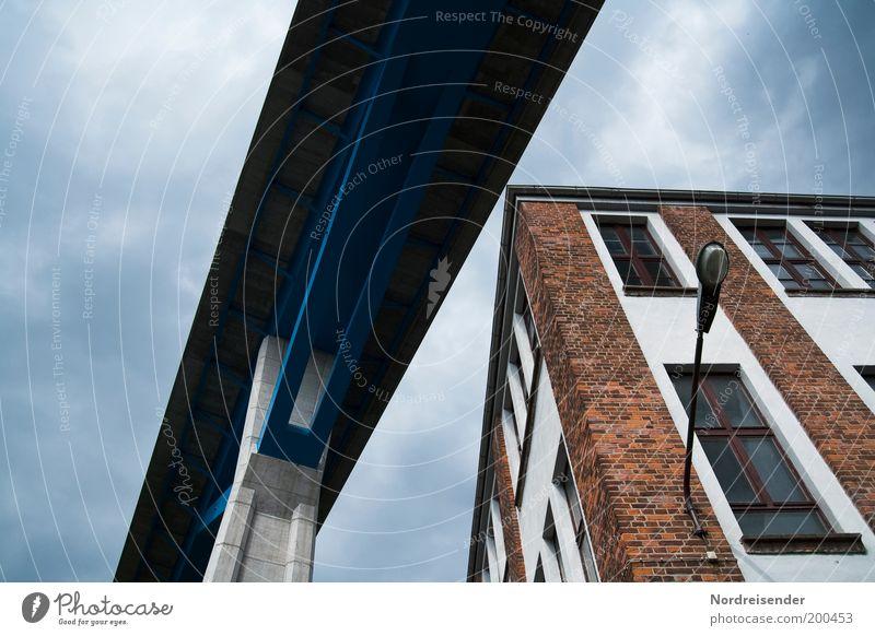 Leben unter Brücken Stadt Haus Stein Gebäude Metall Architektur elegant Beton Verkehr Brücke bedrohlich Autobahn Bauwerk Verkehrswege Surrealismus Straßenbeleuchtung