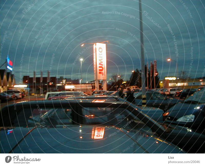 Parkplatz PKW Verkehr Werbeschild Nachtstimmung