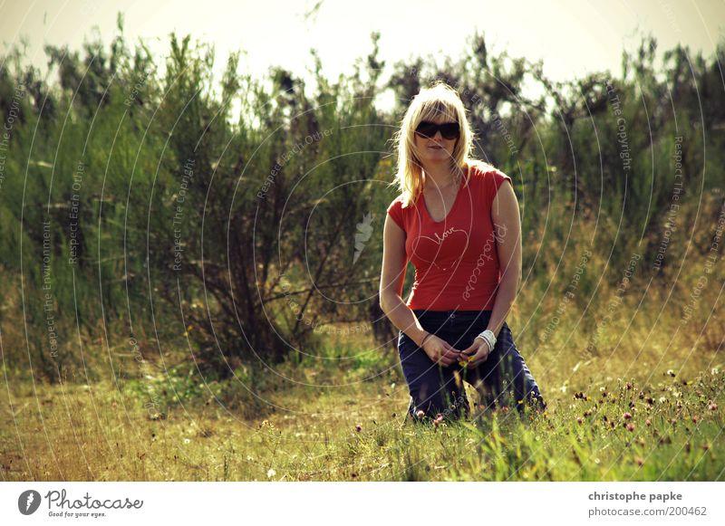 Fräulein K.'s Gespür für Sommer Mensch Natur Jugendliche rot Erwachsene Erholung feminin träumen Junge Frau Zufriedenheit blond Feld Herz sitzen 18-30 Jahre