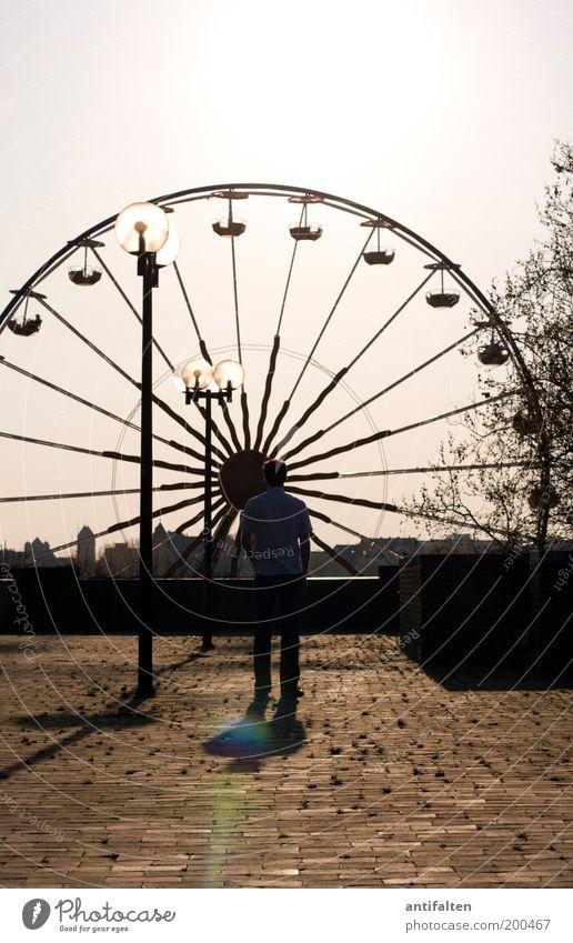 Der Mann und das Riesenrad Freude Sommer Sonne Jahrmarkt maskulin Erwachsene 1 Mensch Himmel Wolkenloser Himmel Sonnenlicht Schönes Wetter Düsseldorf Stadtrand