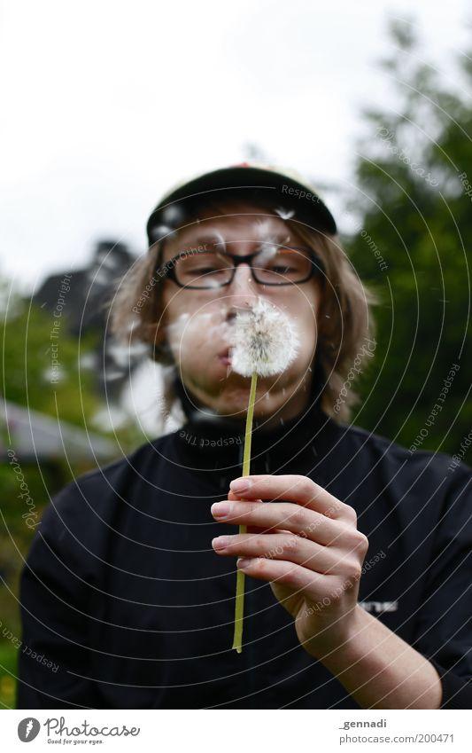 In Deckung Spielen Junger Mann Jugendliche Erwachsene Mund 1 Mensch Blume Löwenzahn schön niedlich kindlich kindisch Naivität blasen Brillenträger