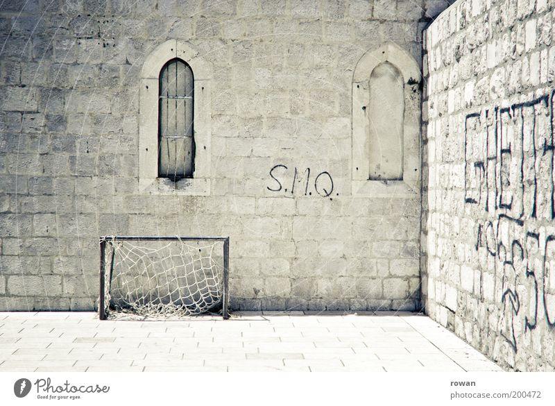 Klosterfußball Wand Fenster Stein Mauer Gebäude Wärme Graffiti Fußball hell Fassade leer Kirche Burg oder Schloss Bauwerk Sport Kunst