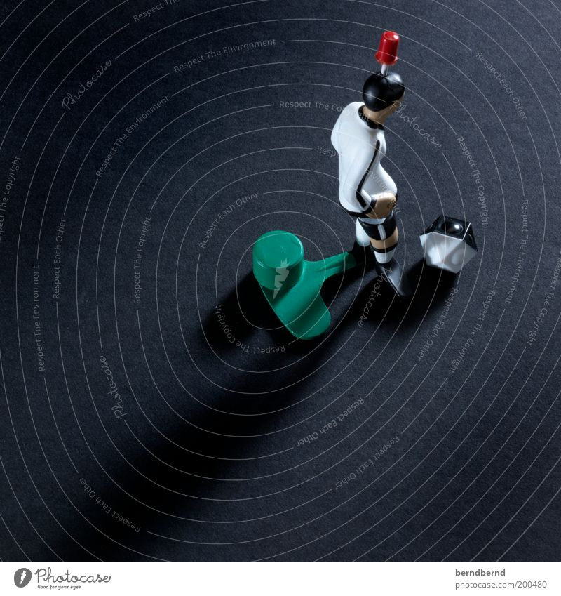 Kicker Freizeit & Hobby Spielen Tischfußball schwarz weiß Freude Ball treten Abspiel Farbfoto Studioaufnahme Blitzlichtaufnahme Licht Schatten Figur 1 eckig