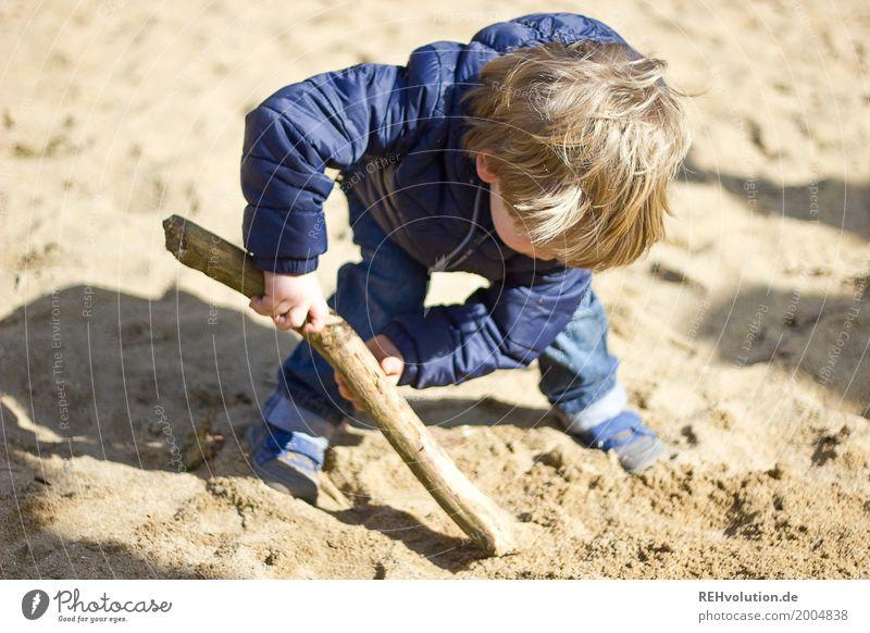 bei der arbeit Mensch maskulin Kind Kleinkind Junge Kindheit 1 1-3 Jahre Sand Jeanshose Jacke Haare & Frisuren Spielen authentisch dreckig klein natürlich blau