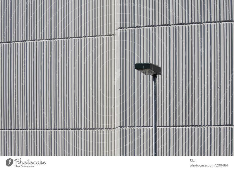 laterne Stadt Haus Einsamkeit kalt Wand grau Mauer Gebäude Linie Beleuchtung Architektur Fassade Ordnung ästhetisch Streifen