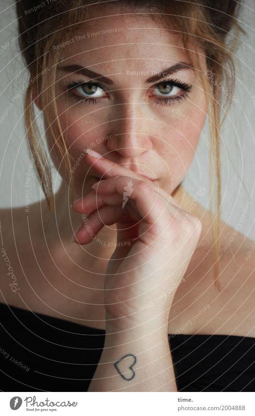 Anne feminin Frau Erwachsene 1 Mensch T-Shirt Tattoo Haare & Frisuren brünett blond langhaarig beobachten Denken Blick warten ästhetisch schön selbstbewußt