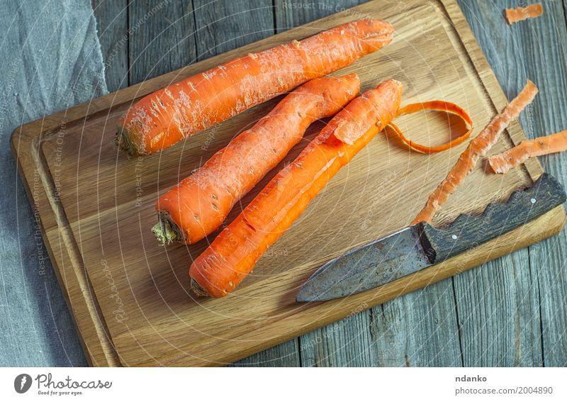 Ganze Karotten auf einem Küchenschneidebrett Gemüse Ernährung Essen Vegetarische Ernährung Diät Tisch Holz frisch oben produzieren Vegane Ernährung Ackerbau