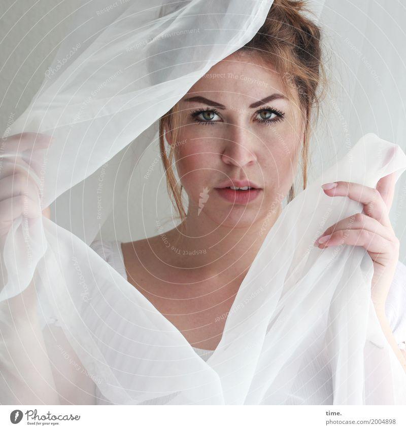 Anne Gardine Vorhang feminin Frau Erwachsene 1 Mensch T-Shirt Stoff brünett langhaarig beobachten festhalten Blick warten schön selbstbewußt Willensstärke