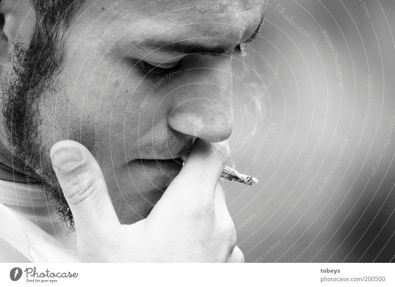 Freidenker Jugendliche Einsamkeit Gefühle Freiheit Traurigkeit Denken Erwachsene maskulin Lifestyle Trauer Porträt Rauchen Sehnsucht Schmerz Schwarzweißfoto Sorge
