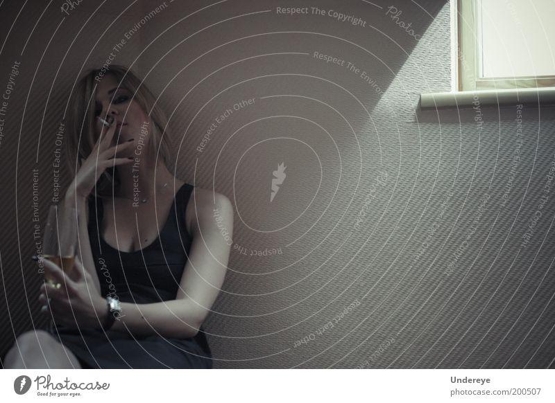 Rauchen 1 Mensch Junge Frau Jugendliche 18-30 Jahre Erwachsene Stimmung ruhig Glas Fenster Kleid Gedeckte Farben Innenaufnahme Tag Licht Schatten Sonnenlicht