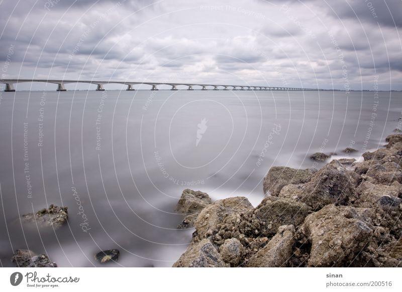 Küste mit langer Brücke Himmel blau Wasser Meer Wolken Ferne Landschaft Herbst grau Küste Stein Horizont Erde Wellen Wind außergewöhnlich