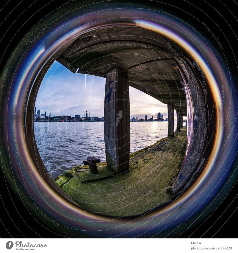 Hamburgs versteckte Ecken Städtereise Wasser Moos Wellen Flussufer Elbe Deutschland Europa Stadt Hafenstadt Stadtzentrum Menschenleer Industrieanlage Tunnel
