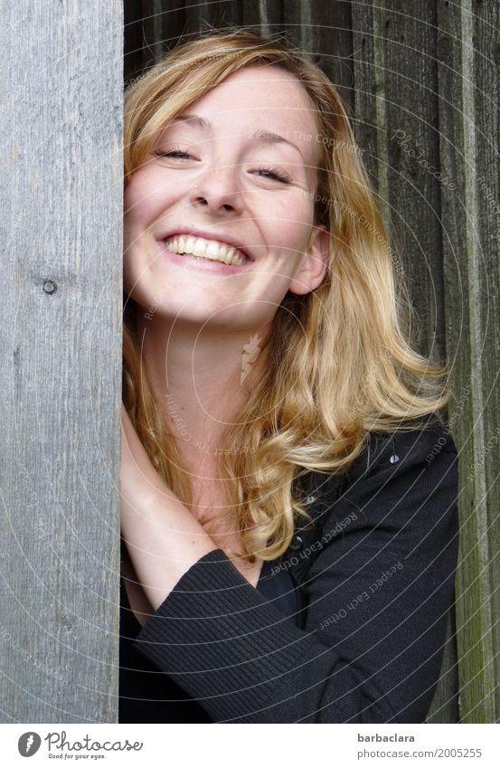 Ms Sunshine Mensch Frau Natur Erwachsene Gefühle feminin Holz lachen Stimmung leuchten Tür blond Fröhlichkeit Lebensfreude Hütte langhaarig