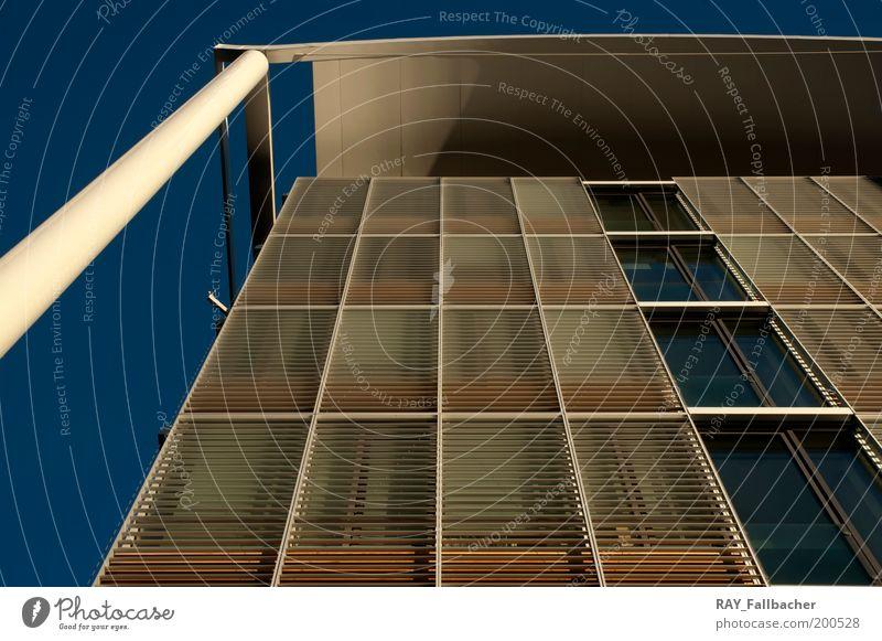 Uptown Nebengebäude München Himmel Wolkenloser Himmel Schönes Wetter Menschenleer Hochhaus Bauwerk Gebäude Architektur Fassade Fenster Dach Uptown München Beton