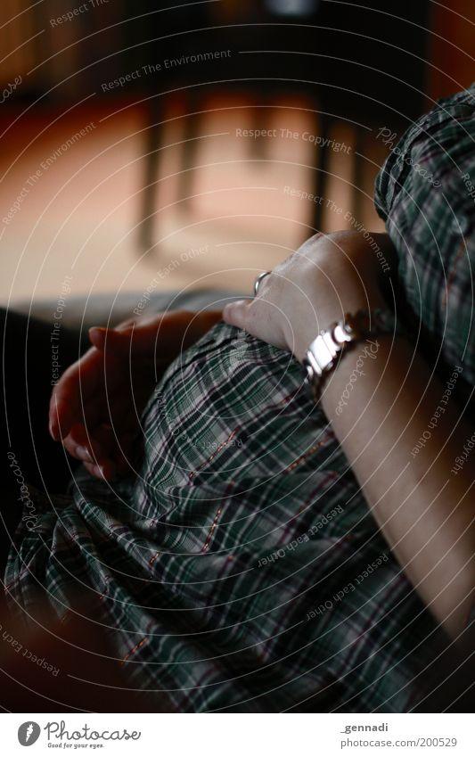 Ruhe vor dem Sturm Frau Mensch Hand Jugendliche Ferien & Urlaub & Reisen feminin Gefühle Glück Familie & Verwandtschaft Erwachsene Mutter Schutz schwanger Bauch kariert Junge Frau