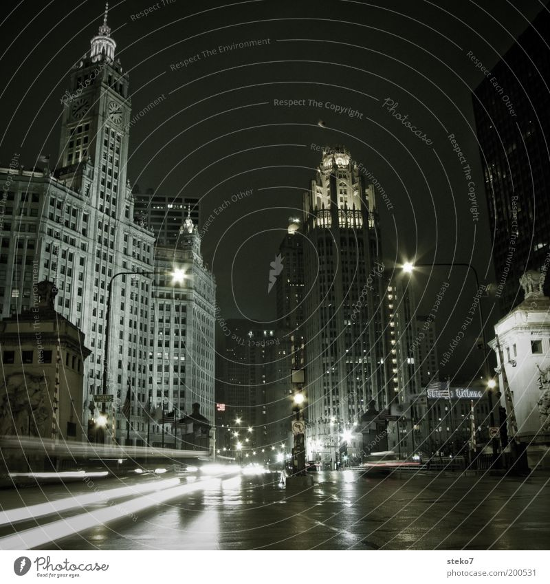 Windy City mit Regen Stadt Stadtzentrum Hochhaus Architektur Straßenverkehr Straßenkreuzung fahren leuchten kalt modern unten braun grau schwarz weiß Chicago