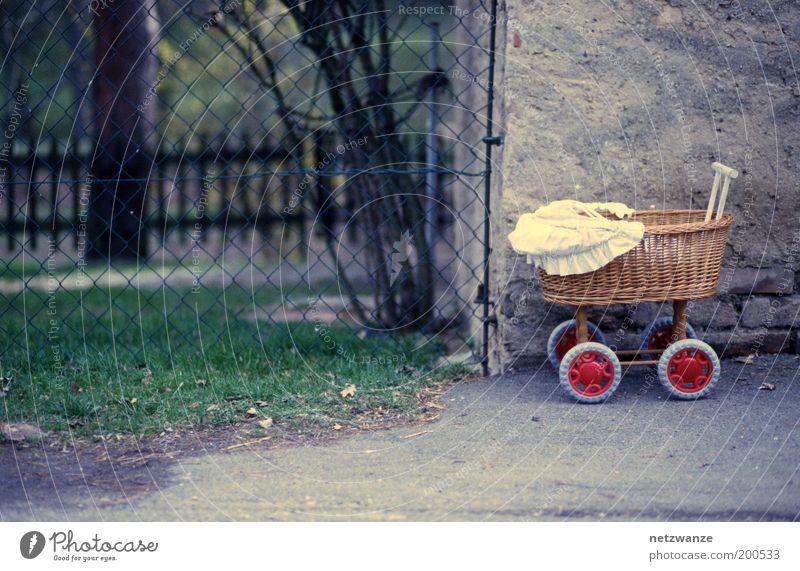 Offroad-Model Kinderwagen Einsamkeit Farbfoto Außenaufnahme Menschenleer Kindheit Maschendraht Zaun Spielzeug Korb vergessen Tag