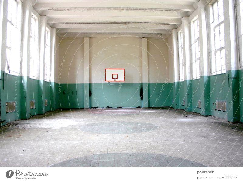 Verlassene Sporthalle mit basketballkorb. Verfall, lost place Freizeit & Hobby Basketball Sportstätten Gebäude alt dreckig Basketballkorb verfallen Fenster