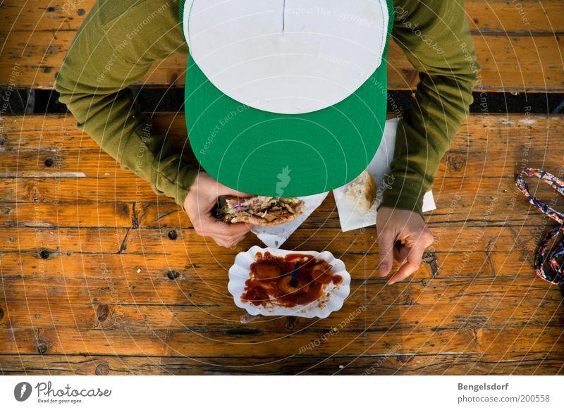 Zum Frühstück Currywurst Mensch Mann Jugendliche grün Ernährung Erwachsene Essen maskulin Lebensmittel Bank Vogelperspektive Gemüse Appetit & Hunger Mütze Brot Fleisch