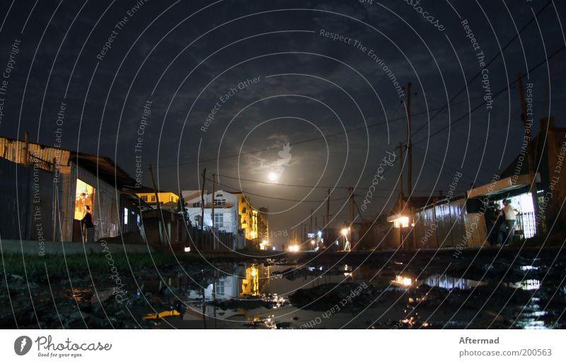 arme Nacht Erde Wasser Himmel Nachthimmel Mond Vollmond Moor Sumpf Stadt Straße frieren Traurigkeit Armut dreckig dunkel Ferne kalt nass trist Optimismus