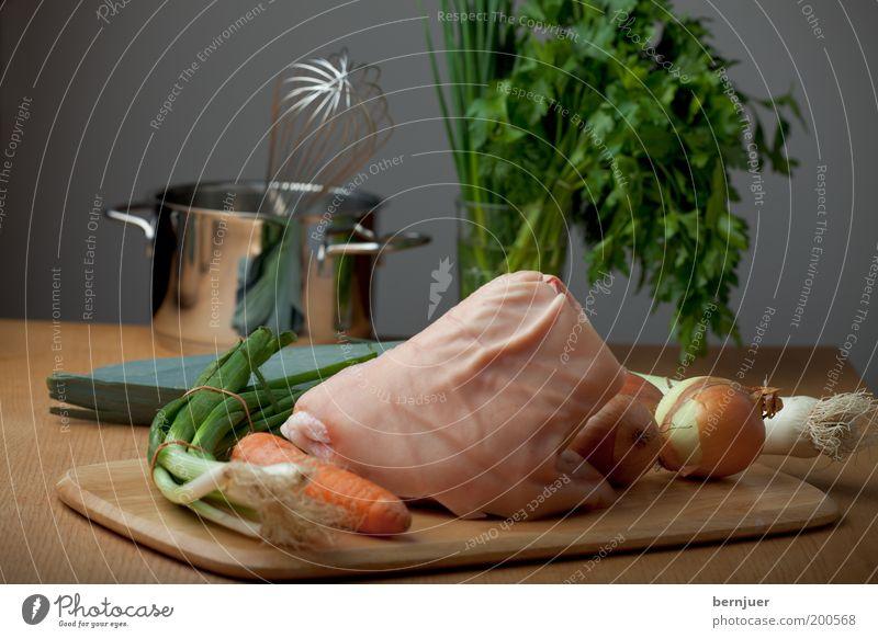 Stillleben Eisbein Schweinshaxe Fleisch Haxe roh Gemüse Möhre Zwiebel Porree Rührbesen Topf Schnittlauch Petersilie Frühlingszwiebel Fett Lebensmittel Ernährung